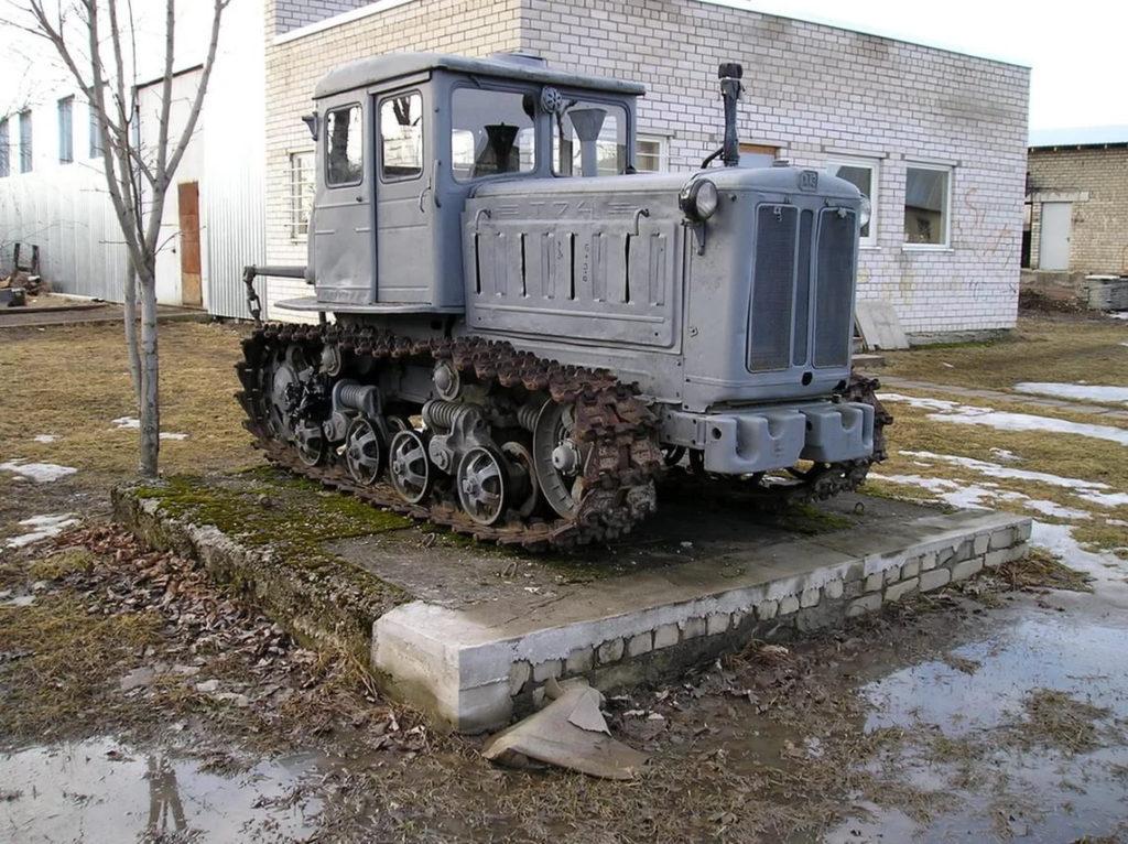 Гусеничный-трактор-Т-74